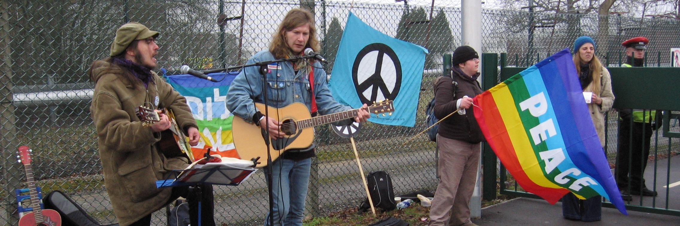 Musiikkia ydinasetehtaan portailla