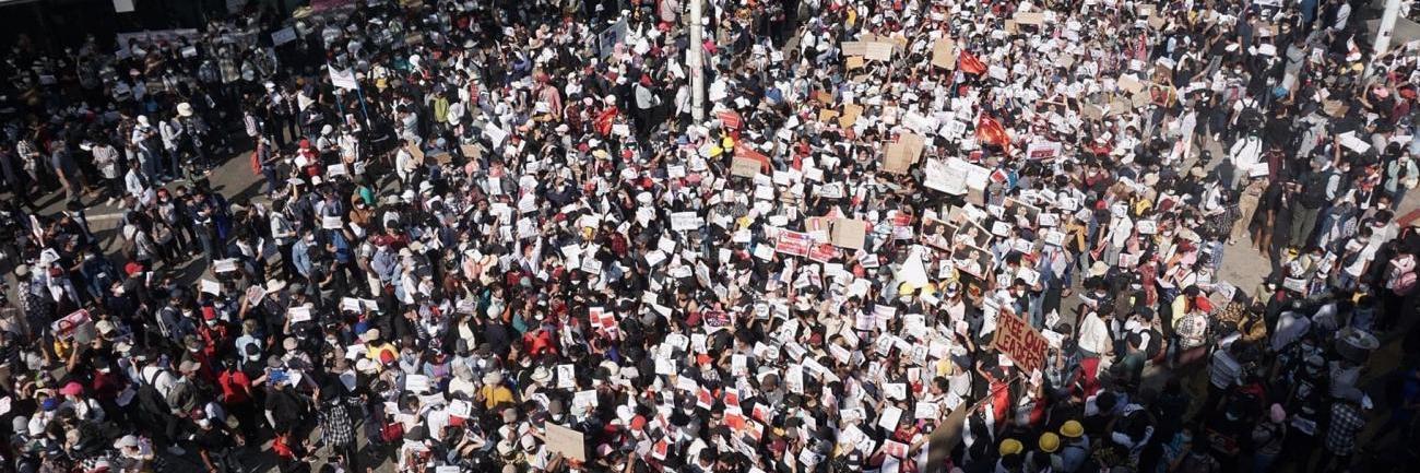 Suuri mielenosoittajajoukko Myanmarissa vuonna 2021