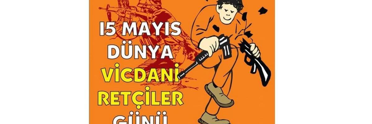 Oranssilla pohjalla ilkikurisesti hymyilevä pirroshahmo katkaisee kiväärin katki. Turkinkielinen teksti.