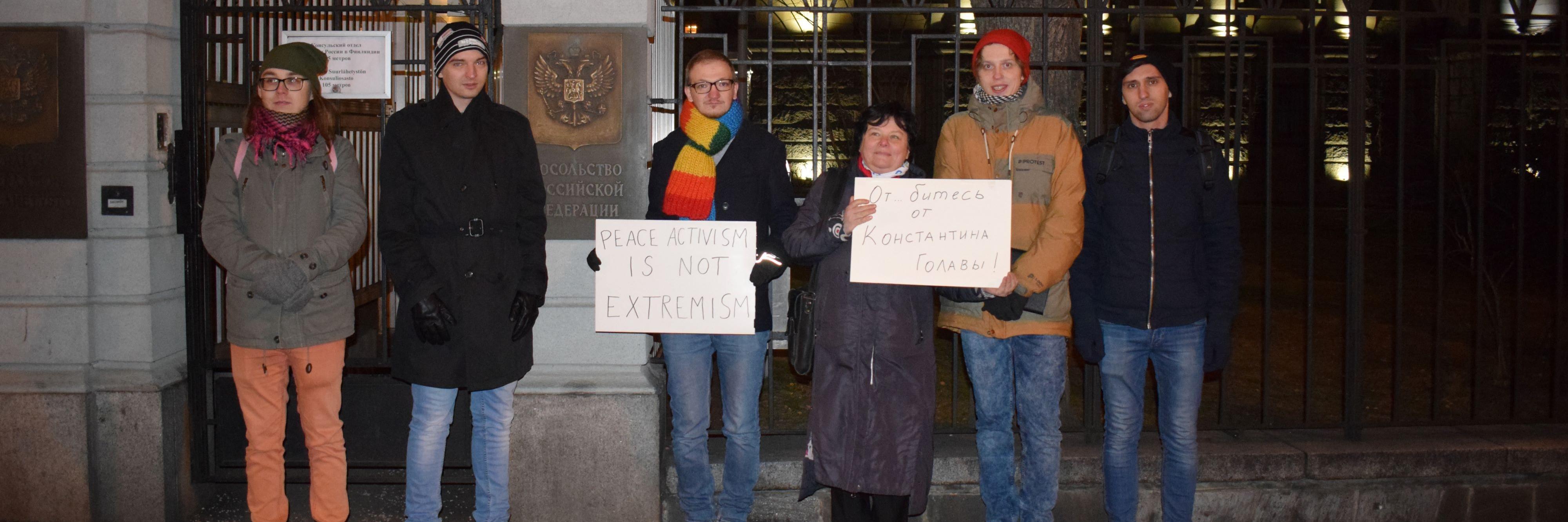 Aseistakieltäytyjiä Venäjän suurlähetystön edessä