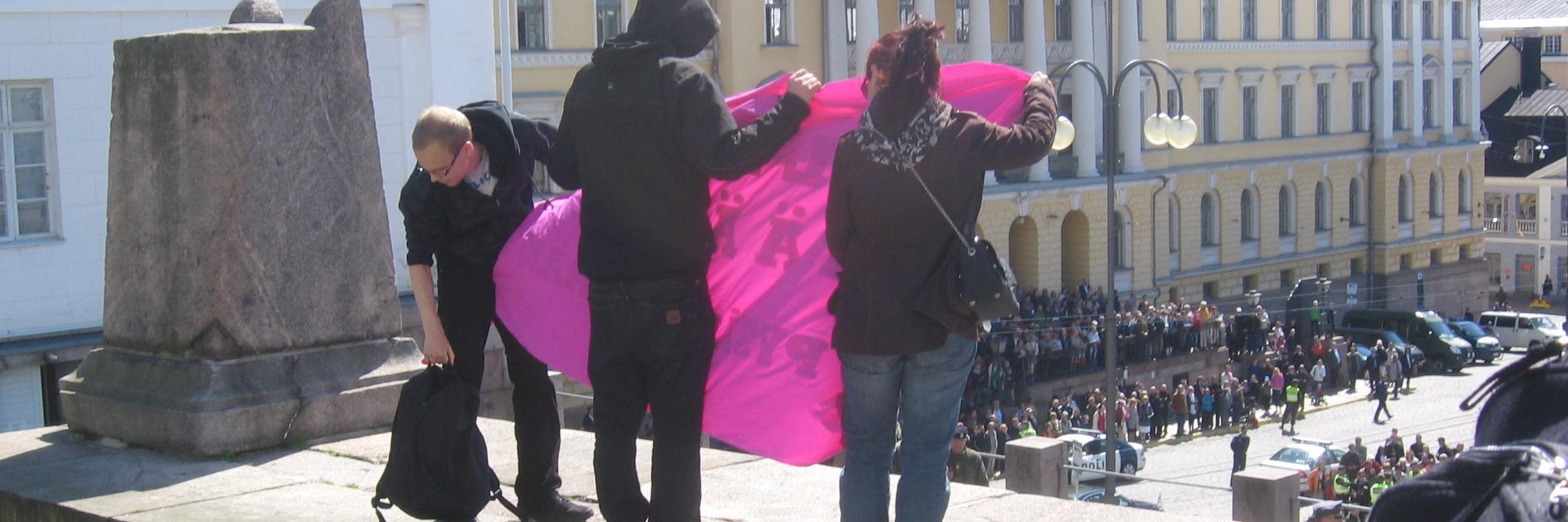 Muurinmurtajien banderolli tuomiokirkon portailla.