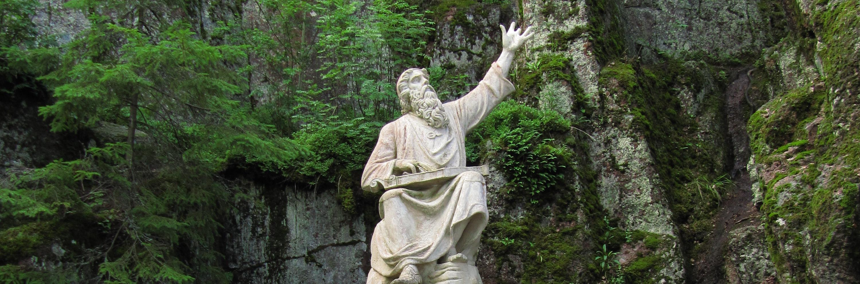 Väinämöisen patsas kiven päällä Kuva: L30rus (CC BY-SA 3.0)