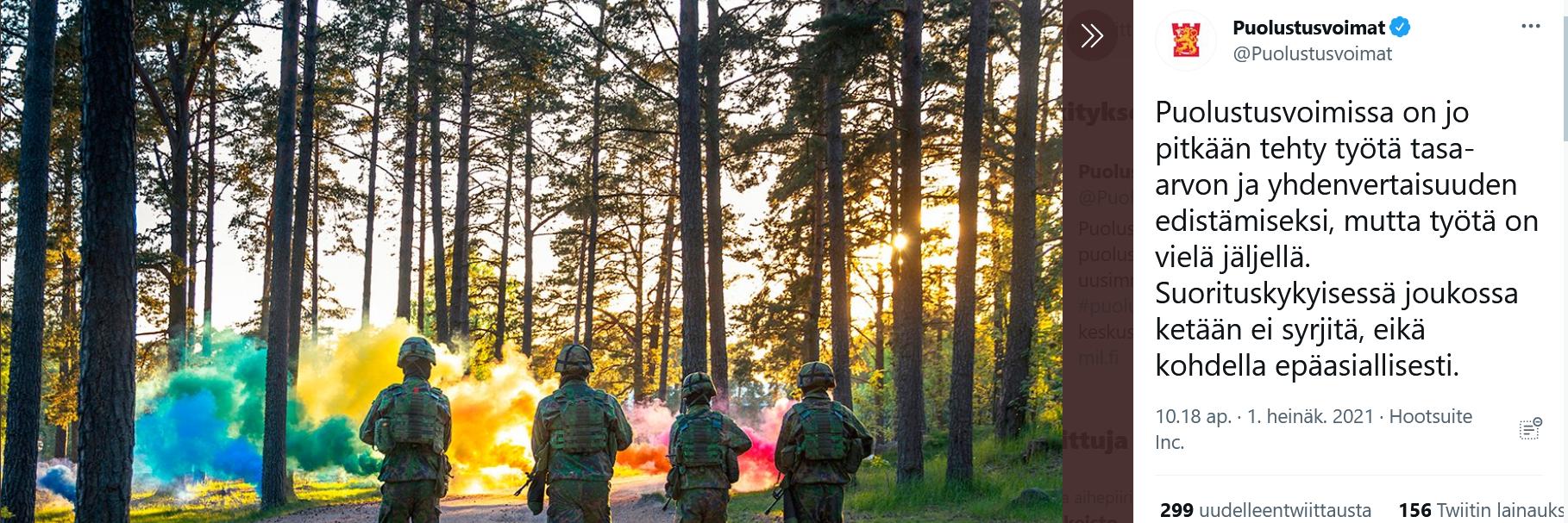 Kuvakaappaus puolustusvoimien twiitistä, jossa neljä sotilashahmoa kulkee kohti värikästä savua