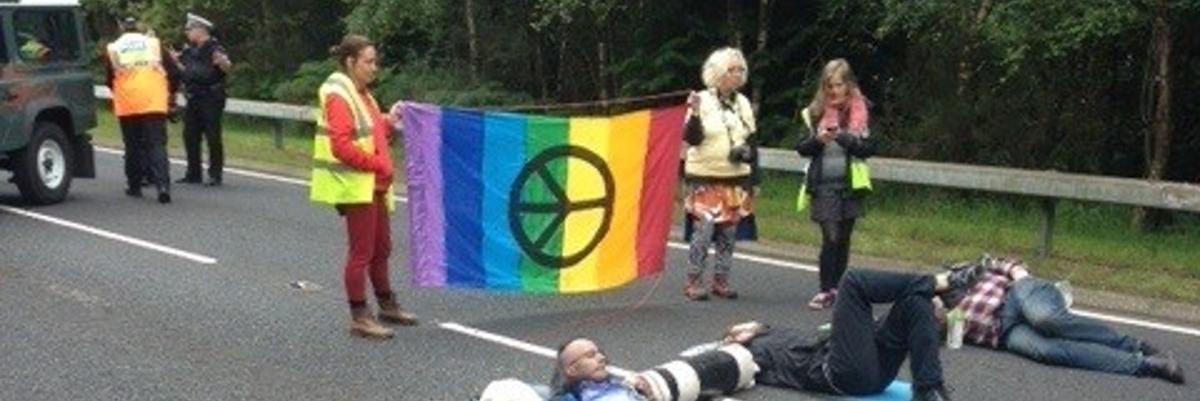 Väkivallatonta vastarintaa ydinaseriisunnan puolesta skotlannista.