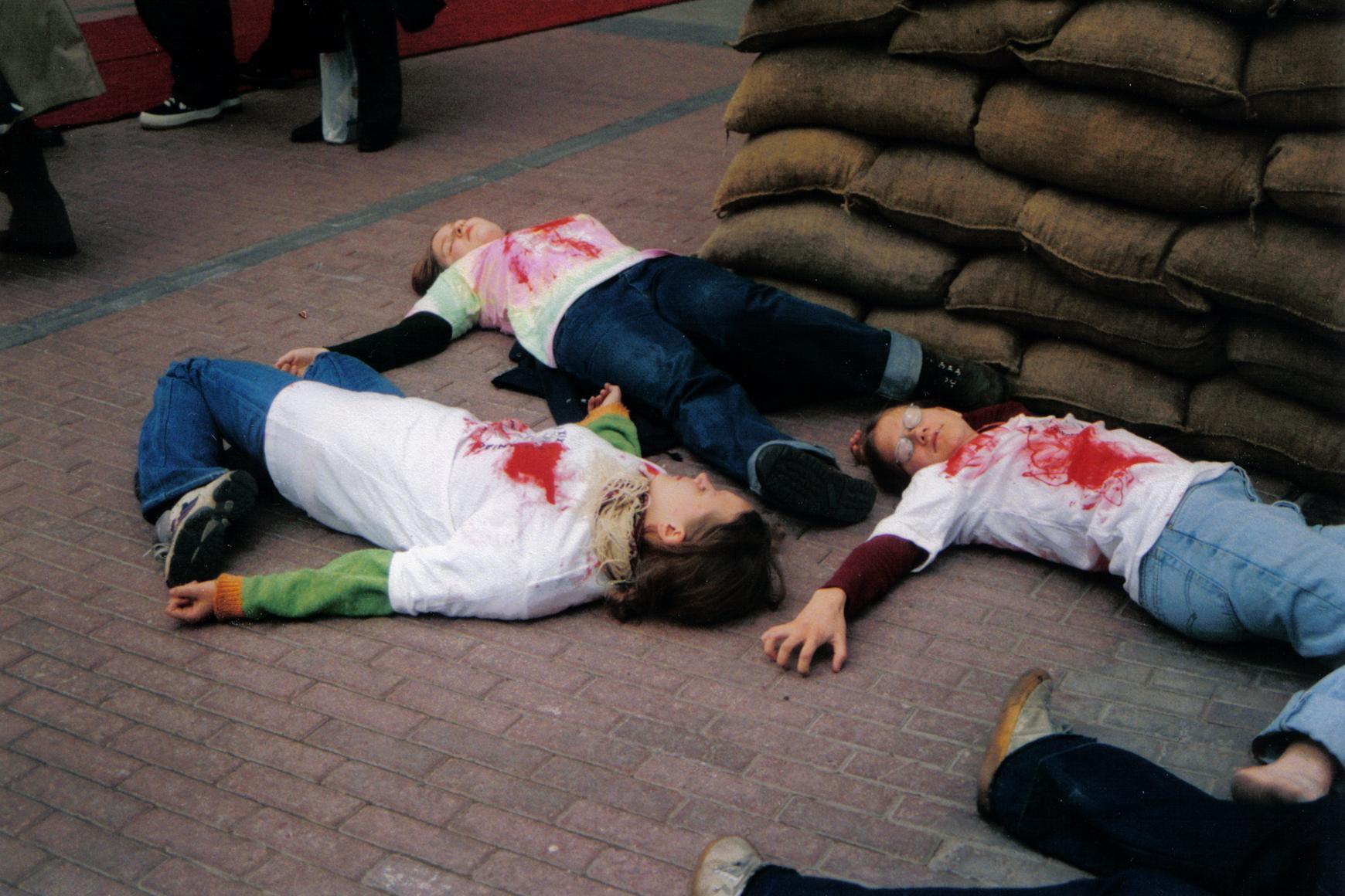 Sodan todelliset uhrit maanpuolustusmessujen sisäänkäynnin edessä.