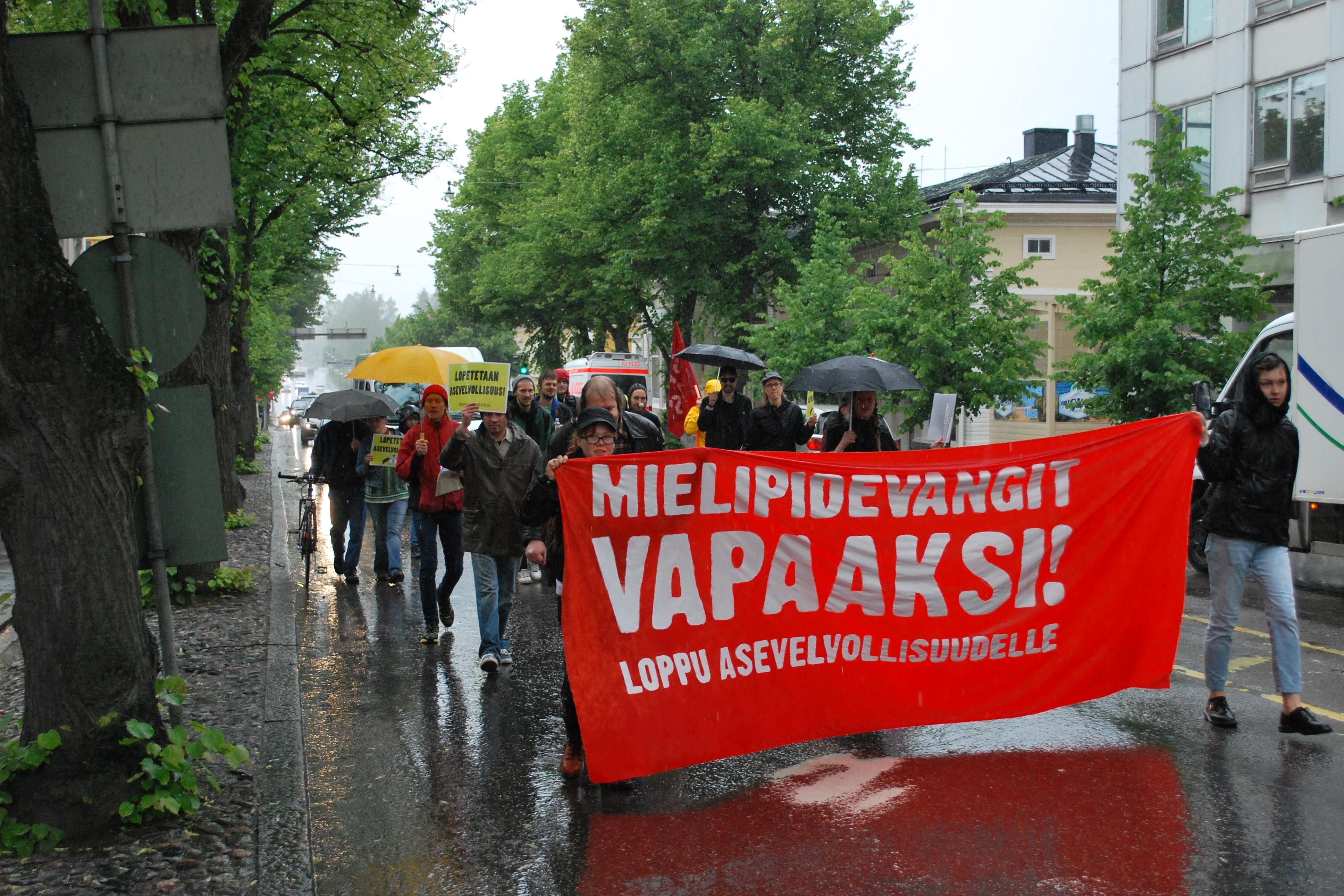 Mielenosoitus etenee kohti Porvoon oikeustaloa
