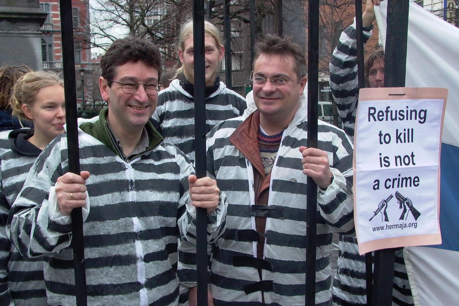 Mielenosoitus Suomen aseistakieltäytyjien puolesta Brysselissä