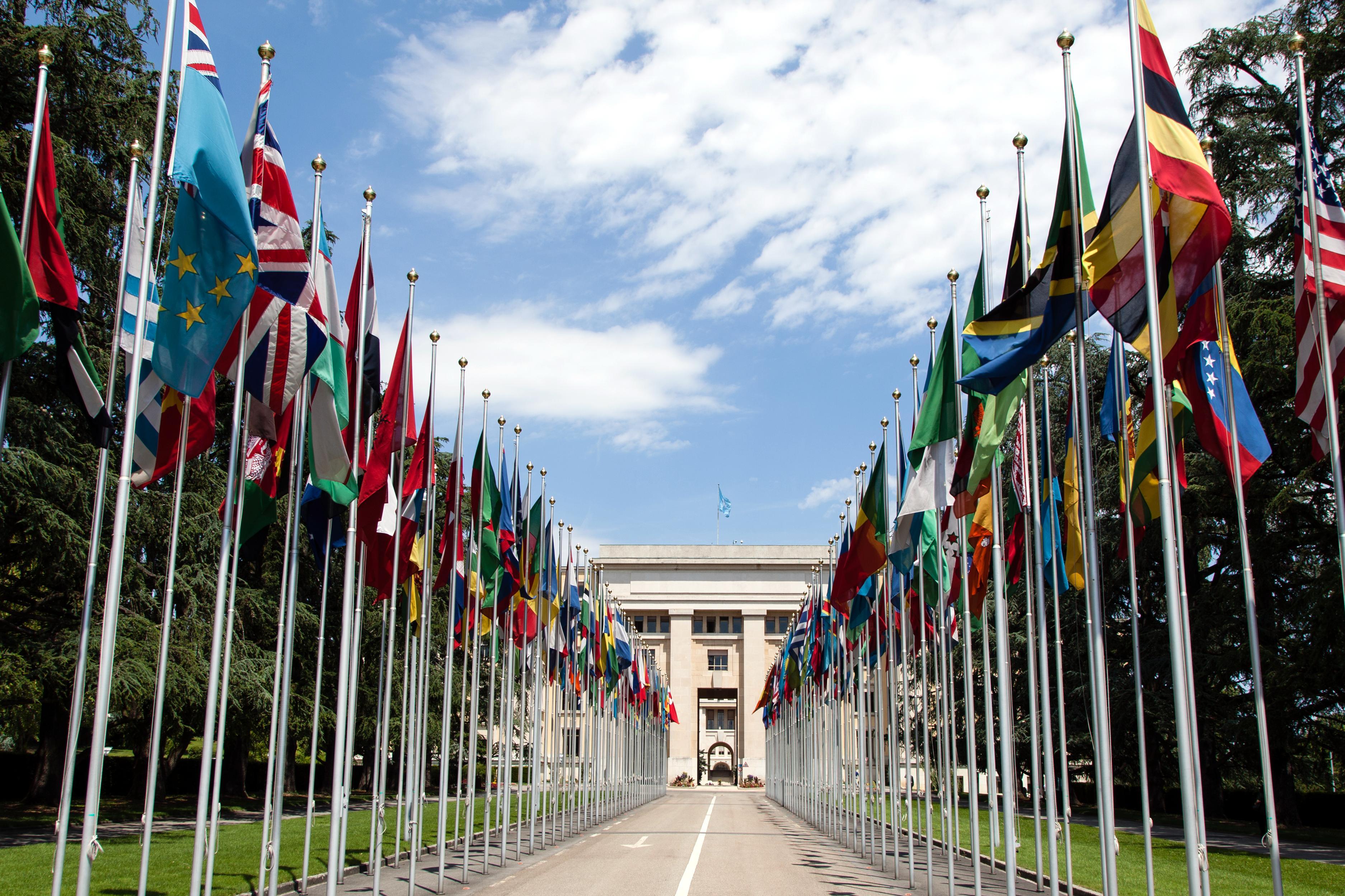 YK:n rakennuksen edessä Genevessä on lippurivi.