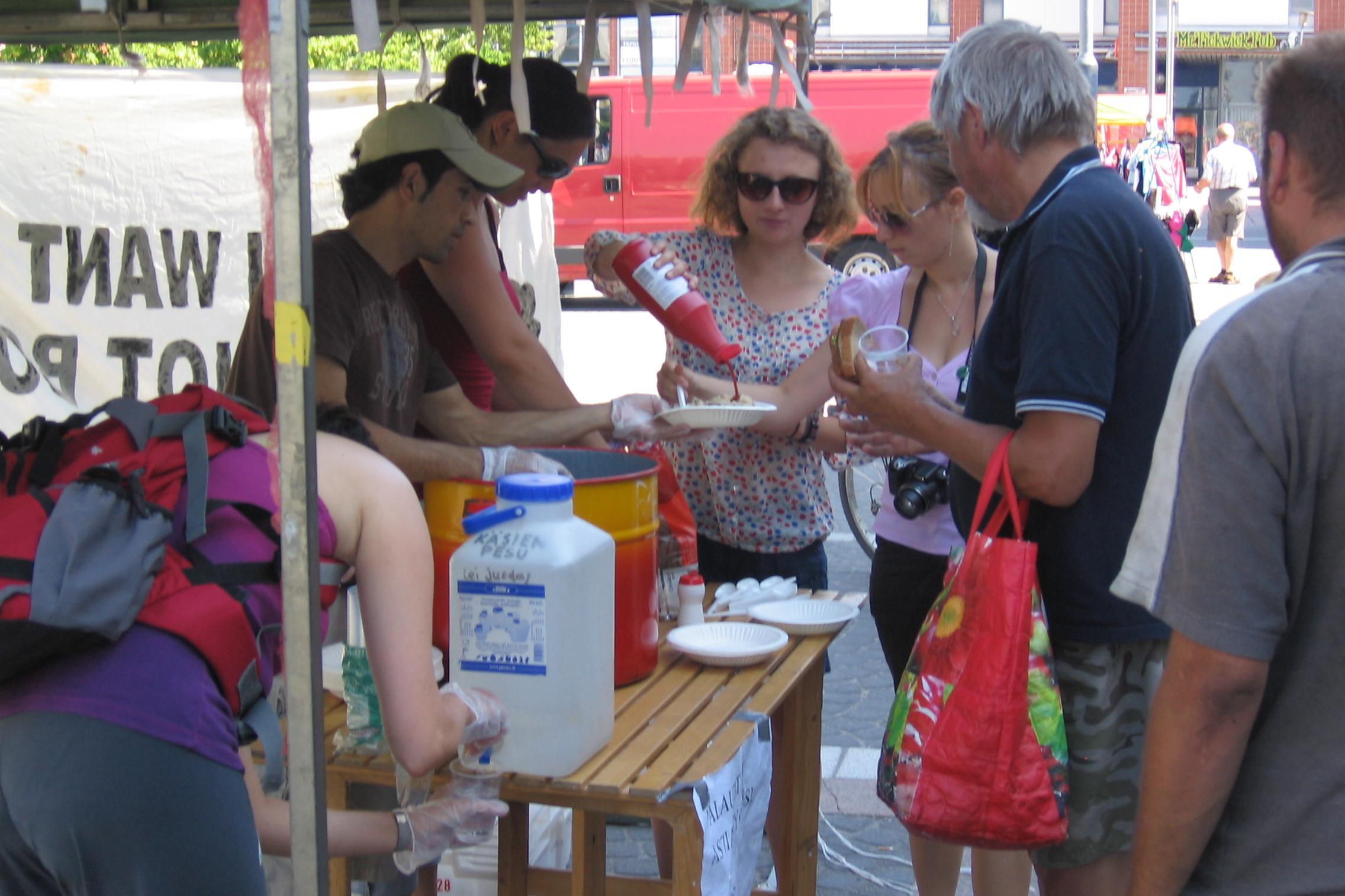 Ruokaa ei aseita -leiri jakamassa ruokaa 2011