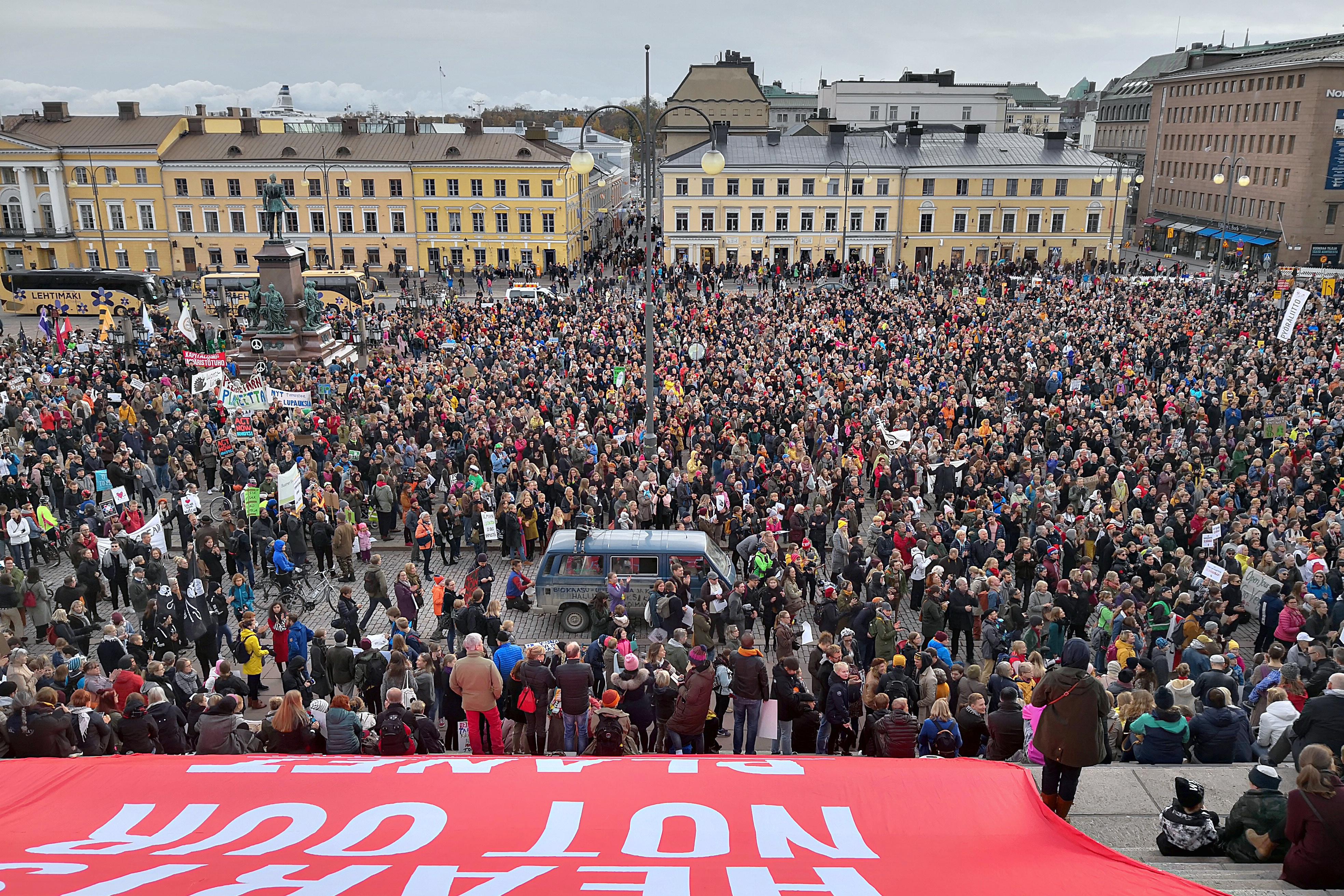 Suuri ihmisjoukko Helsingin Senaatintorilla Ilmastomarssilla. Kuva: Marit Henriksson (CC BY-SA 4.0)
