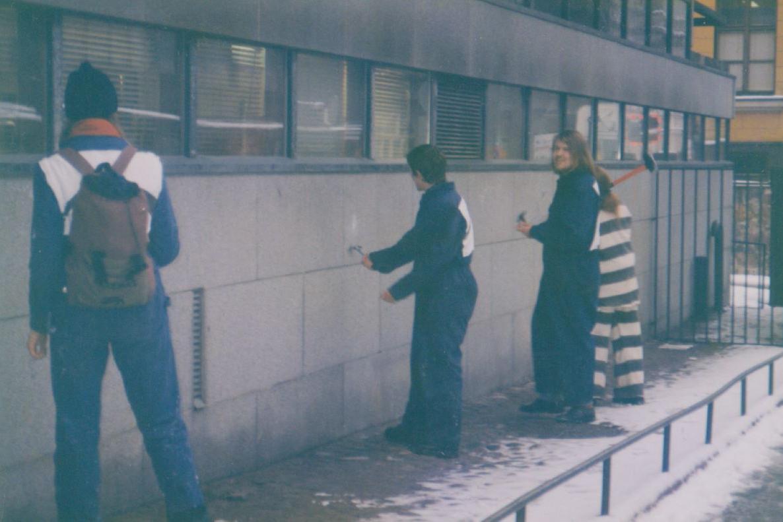 Muunmurtajat vasaroivat pääesikunnan seinää