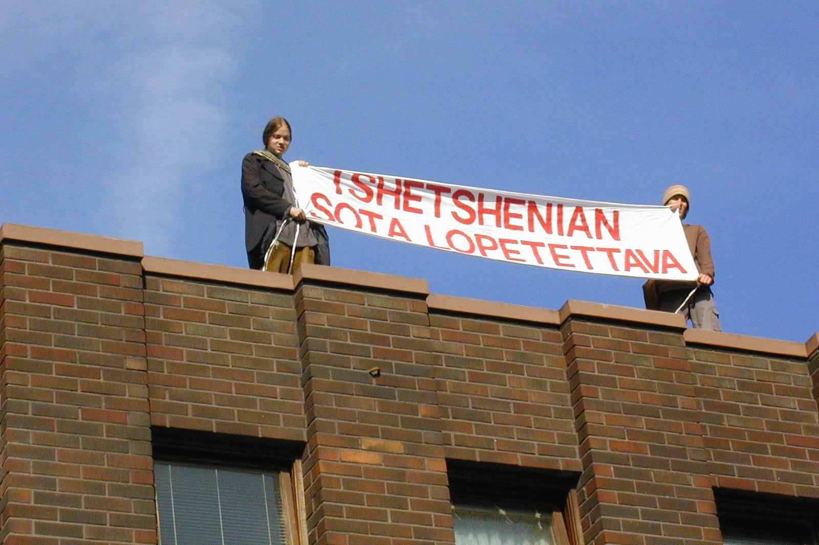 Mielenosoittajat Venäjän konsulaatin katolla