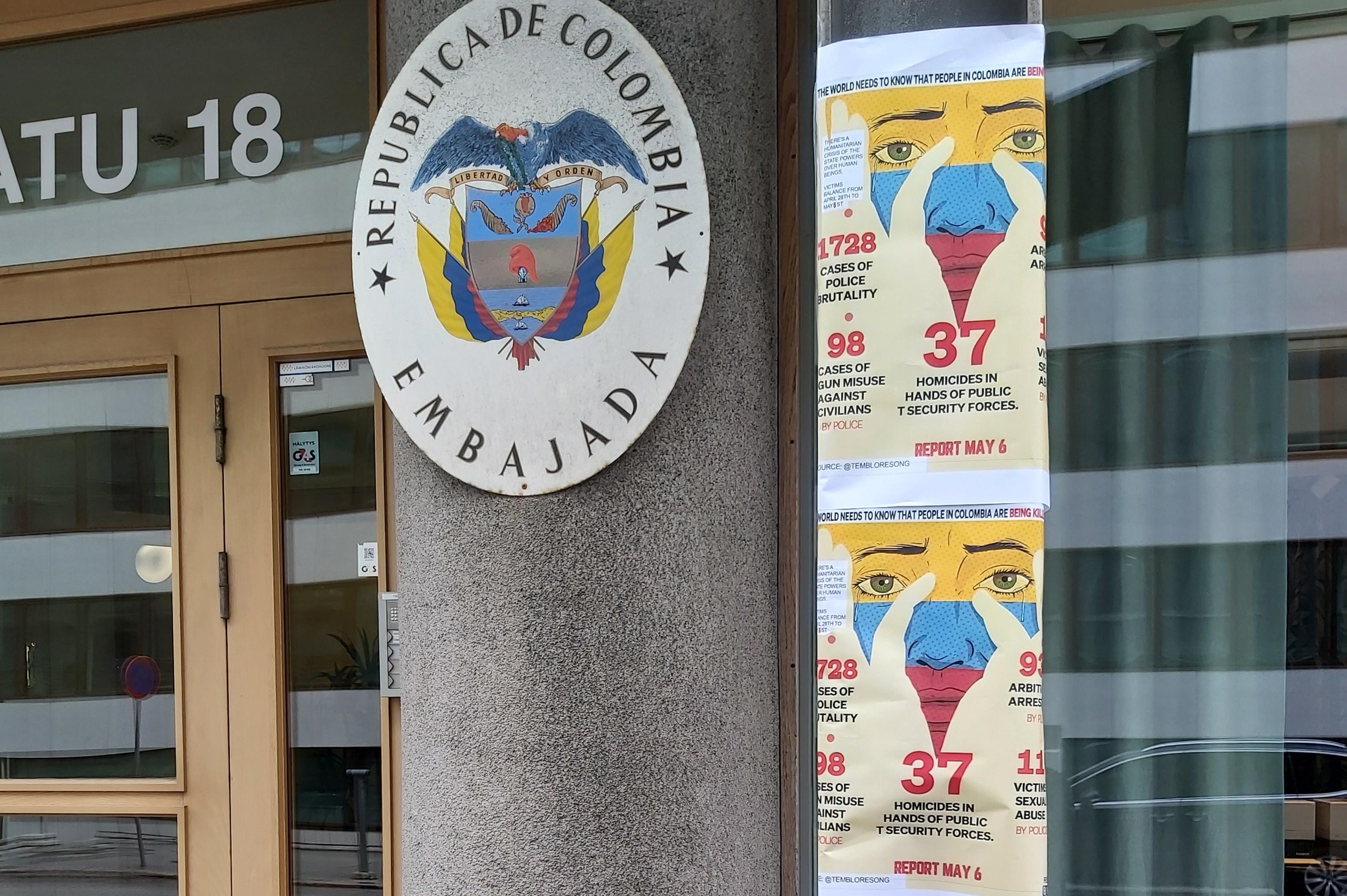 Kolumbian suurlähetystön eteen Helsingissä on kiinnitetty poliisiväkivaltaa vastustavia julisteita