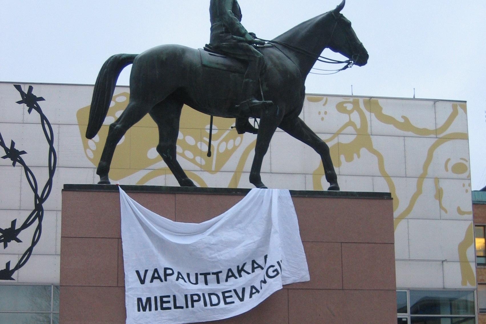 Banderolli Mannerheimin patsaan päällä