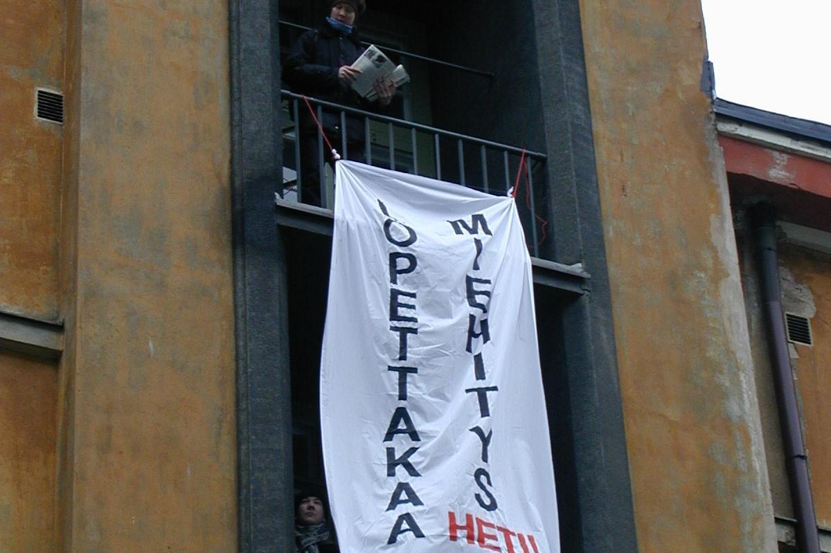 Banneri pudotetaan Israelin suurlähetystöä vastapäätä