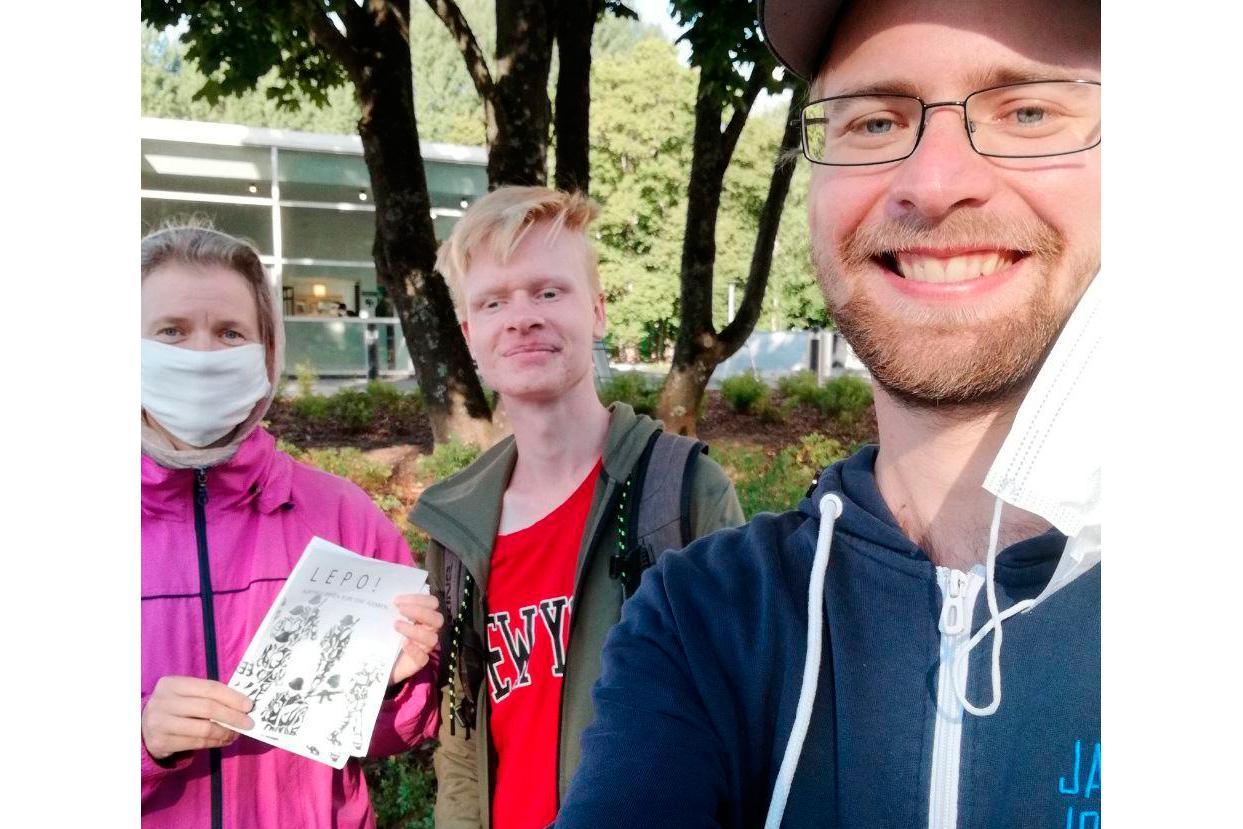 Kolme kutsuntakampanjaa toteuttavaa henkilöä poseeraa kameralle.