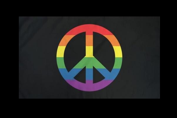 Mustalla pohjalla rauhanmerki sateenkaaren väreissä.